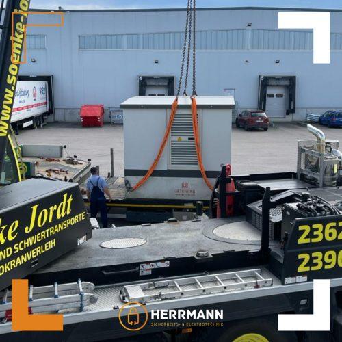 Anlieferung einer Trafo-Kompaktstation in Lübeck